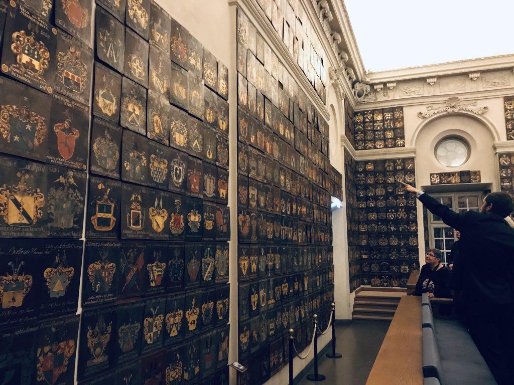 2331 vapensköldar täcker väggarna. På just denna vägg finns Linnés.