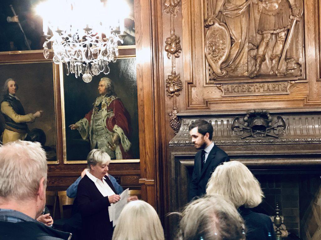 Visningen avslutades i Lantmarskalkssalen, Linnés Vänners sekreterare Gunhild Bäck tackar vår ciceron Oscar Langenskiöld för en spännande, rolig och lärorik afton.