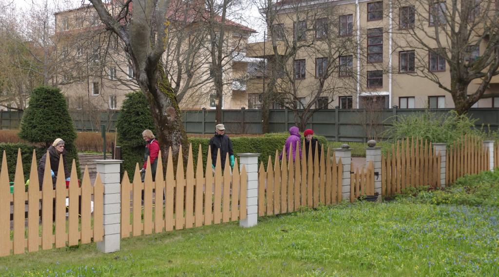 Här fördelar vi oss längs staketet